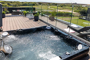 outdoor areas - Retallack holiday park's hot tub on a roof terrace